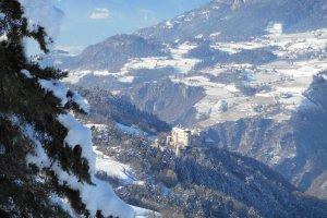 Neuschnee am Heideggerhof - Blick auf Schloss Prösels