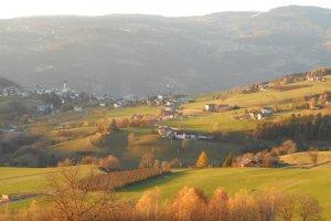Herbstlandschaft-mit-Blick-auf-Voels-am-Schlern