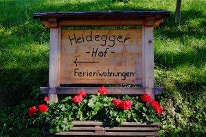 Schild bei Einfahrt zum Heideggerhof